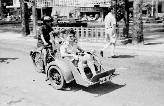 Sĩ quan Pháp ngồi xích lô máy trên đại lộ Lê Lợi.