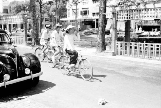 Người dân đạp xe trên đại lộ Lê Lợi.