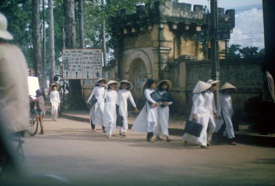 Nữ sinh trường nữ học Lê Văn Duyệt đi qua di tích thành Gia Định ở góc đường Lê Văn Duyệt - Chi Lăng.