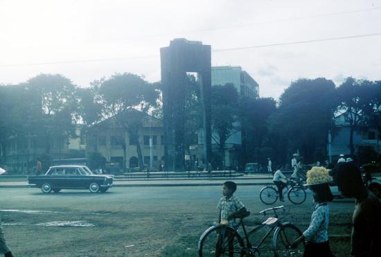 Công trường Mê Linh với phần đế của tượng đài bị kéo đổ trong cuộc đảo chính năm 1963.