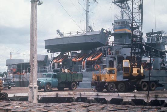 Bốc dỡ xuồng quân sự Mỹ ở cảng Sài Gòn.