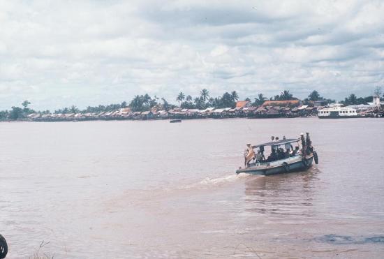 Ca nô chở khách qua sông Sài Gòn.