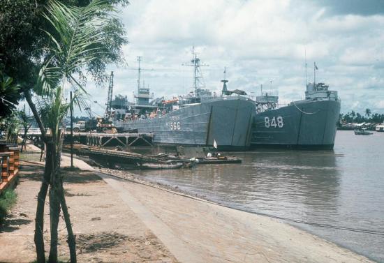 Tàu chiến Mỹ ở cảng Sài Gòn.