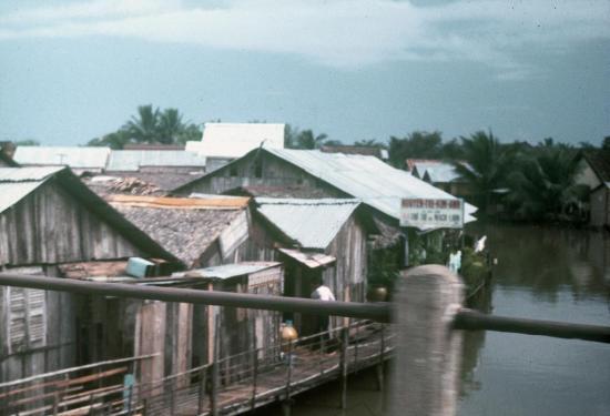 Xóm nhà sàn bên kênh rạch Sài Gòn.