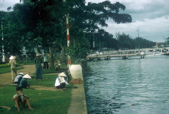 Bên bờ sông Sài Gòn.