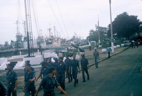 Một nhóm hải quân VNCH ở khu vực cảng Sài Gòn
