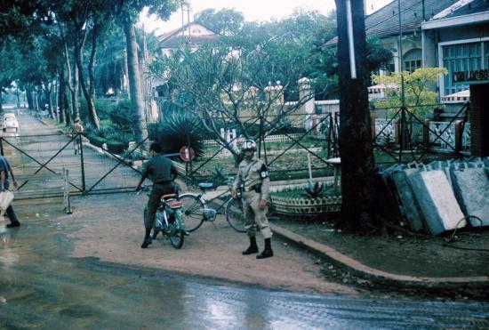 Phía ngoài một căn cứ quân sự ở Sài Gòn