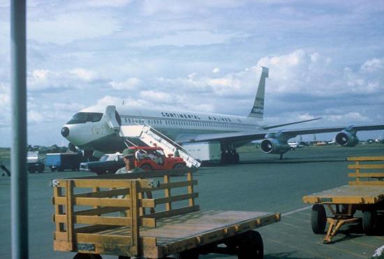 Máy bay của hãng hàng không Continental trên sân bay Tân Sơn Nhất.