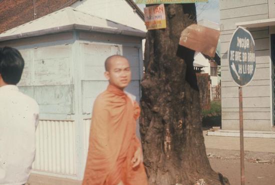 Một nhà sư trên đường phố.