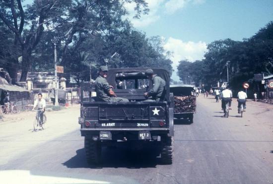 Lính Mỹ trên đường phố Sài Gòn.