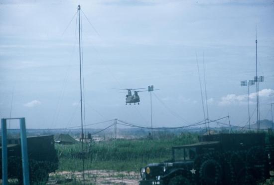 Trực thăng Mỹ bay lượn ở khu vực Tân Sơn Nhất.