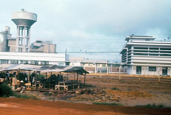 Nhà máy xi măng Hà Tiên trên xa lộ Biên Hòa.