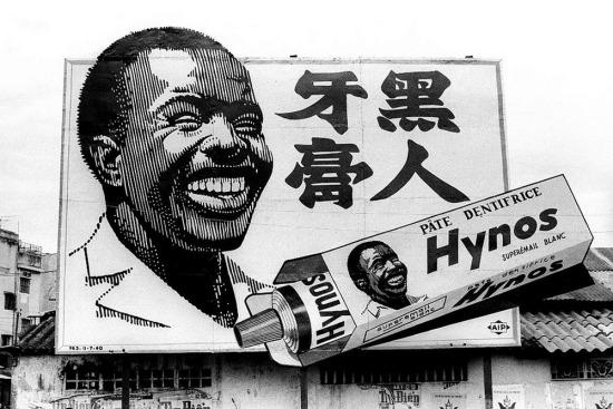 Pa-nô quảng cáo kem đánh răng Hynos - một thương hiệu nổi tiếng Sài Gòn trước 1975. Ảnh: Michael Burr