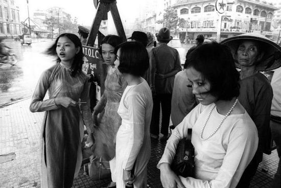 Những thiếu nữ áo dài trên phố.