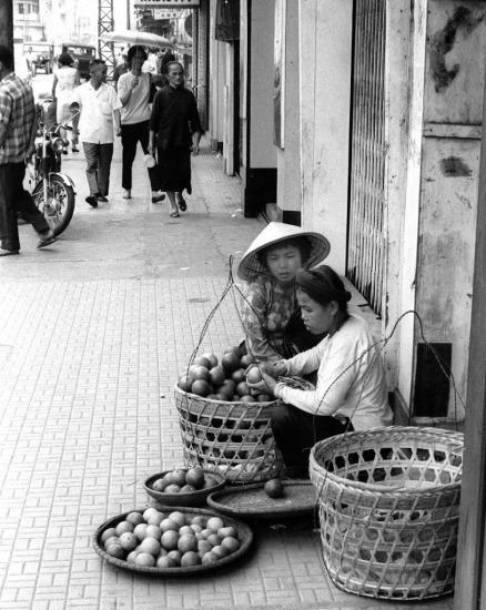 Gánh hàng cam bên lề phố.