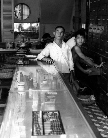 Trong một hiệu thuốc của người Hoa.
