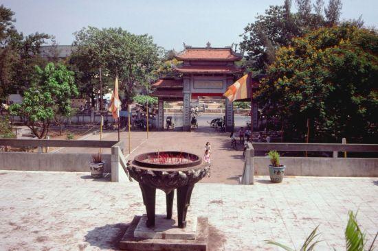 Khung cảnh nhìn từ trước chính điện chùa Vĩnh Nghiêm.