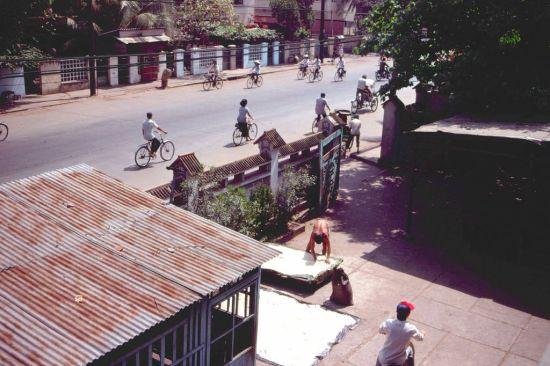 Đường Nam Kỳ Khởi Nghĩa nhìn từ khuôn viên chùa Vĩnh Nghiêm.