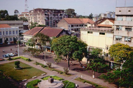 Đầu đường Nguyễn Huệ, gần UBND TP Hồ Chí Minh. Lúc này tượng đài Bác Hồ với thiếu nhi chưa được đặt trước tòa nhà UBND.