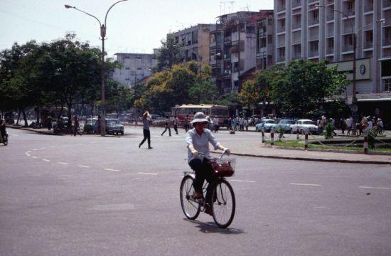 Vòng xoay Cây liễu ở giao lộ Nguyễn Huệ – Lê Lợi, năm 1989 hàng liễu ở nơi đây chưa được trồng.