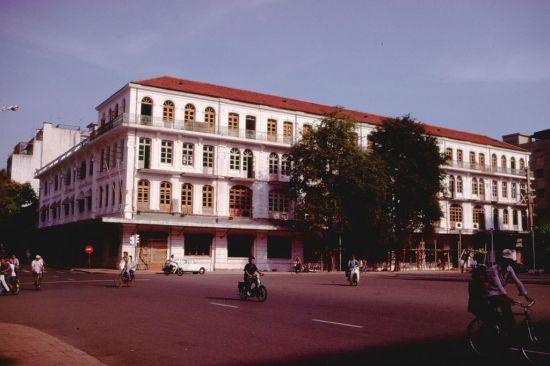 Khách sạn Hải Âu cạnh Nhà hát Thành phố trên đường Đồng Khởi đang được đại tu. Sau khi hoàn thành, khách sạn trở về với tên gọi Continental lịch sử.