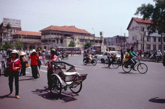 Góc trái vòng xoay Quách Thị Trang nhìn từ mặt trước chợ Bến Thành.