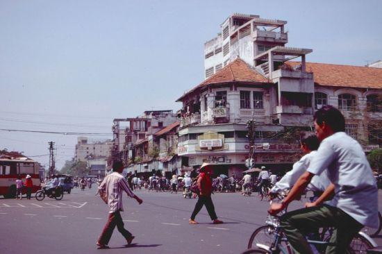 Khu bách hóa tổng hợp đầu đường Phan Chu Trinh nhìn từ mặt trước chợ Bến Thành.