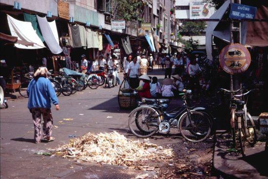 Đường Lưu Văn Lang, bên hông chợ Bến Thành.