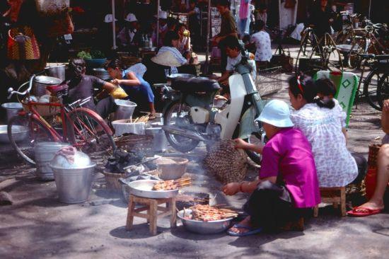 Quạt chả trên đường Phan Bội Châu.