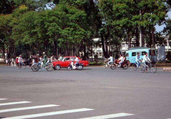 Giao lộ Lê Duẩn – Phạm Ngọc Thạch, phía sau nhà thờ Đức Bà.