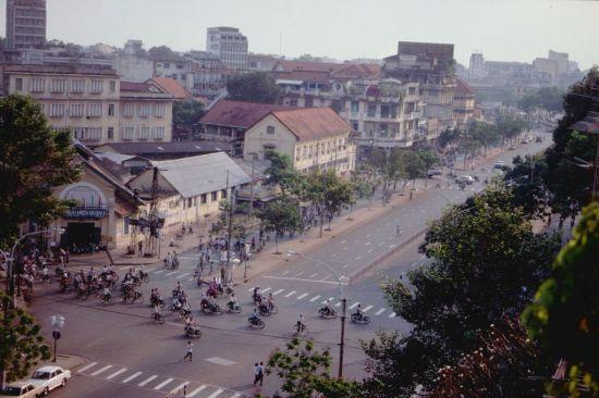Ngã tư Lê Lợi – Pasteur với bưu điện Quận 1 (nay là tòa nhà Sài Gòn Center) ở góc trái.