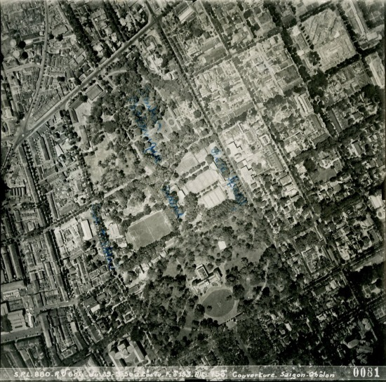 Dinh Norodom (phía dưới).