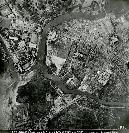Phần đầu rạch Thị Nghè và xưởng Ba Son (phía trên, bên trái).