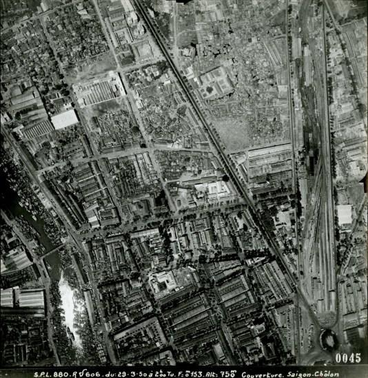 Cẩu Ông Lãnh (góc dưới bên trái) và ga Sài Gòn (bên phải).