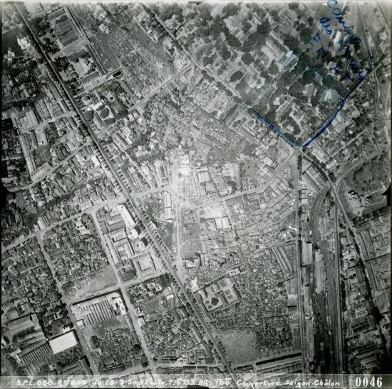 Con đường thẳng tắp cắt chéo bức ảnh là đường Trần Hưng Đạo.
