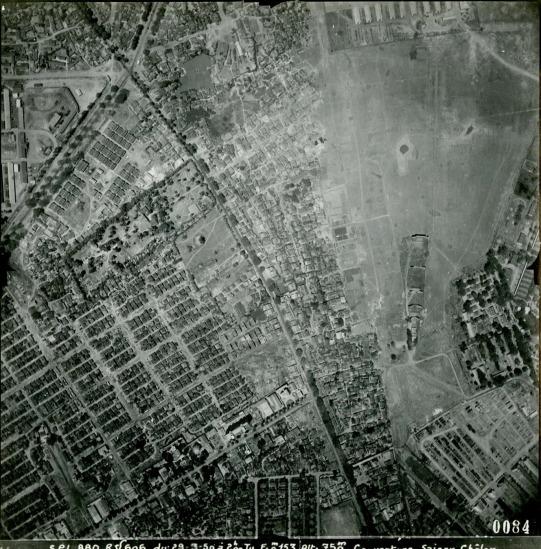 Ngã 7, một nút giao thông lớn của Sài Gòn nằm phía trên, bên trái ảnh.