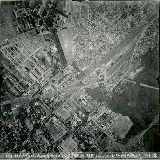 Ga Hòa Hưng (phía trên bên phải) và cầu Trương Minh Giảng (phía dưới bên phải)