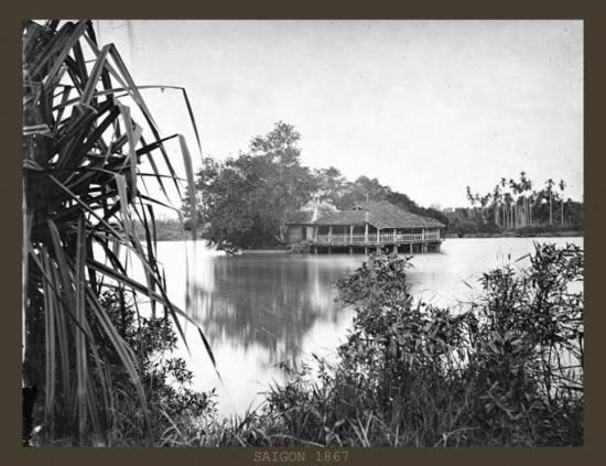 Những gian nhà bên hồ.