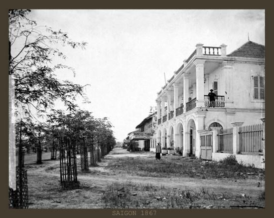 Khu vực thương cảng ở Sài Gòn, với Nhà Rồng (ngày nay là Bảo tàng Hồ Chí Minh) đang được xây dựng. Hình ảnh được đăng tải trên website của Thư viện Wellcome, London, Anh quốc.