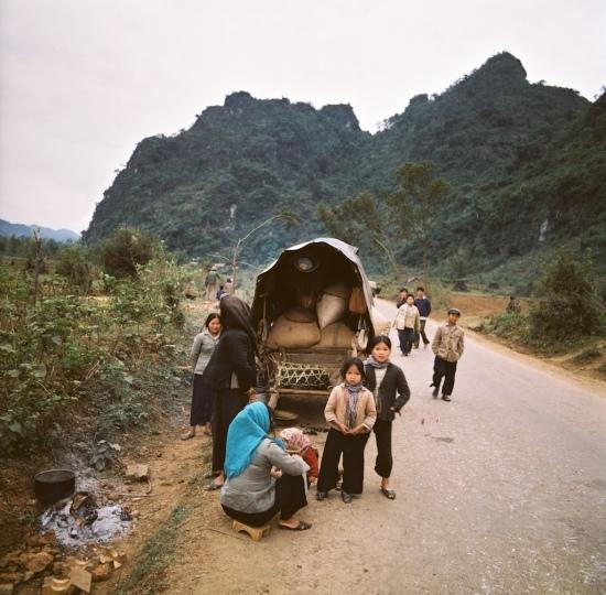 Người dân nghỉ ngơi ven đường trên hành trình sơ tán ở biên giới phía Bắc năm 1979.