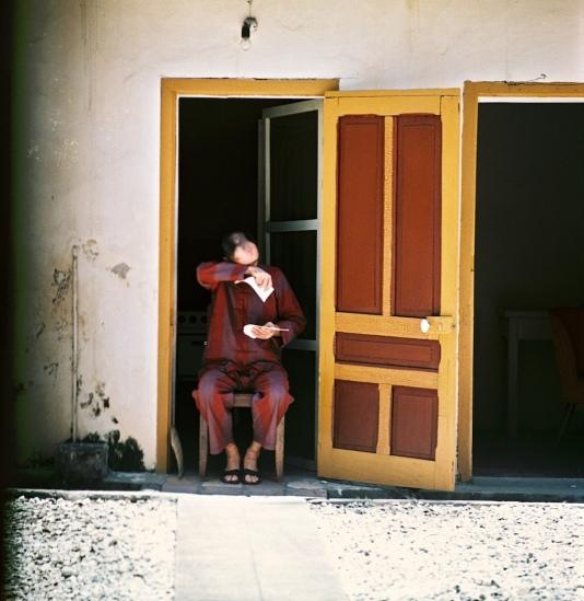 Tù binh Mỹ lau nước mắt khi đọc thư nhà tại mội trại giam.