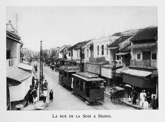 Xe điện chạy qua phố Hàng Đào ở Hà Nội.
