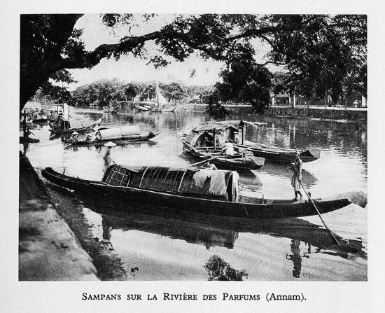 Thuyền bè trên sông Hương, Huế.