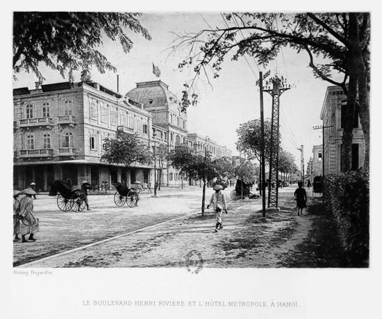 Đại lộ Henri Rivìere (ngày nay là phố Ngô Quyền) và Khách sạn Métropole ở Hà Nội.