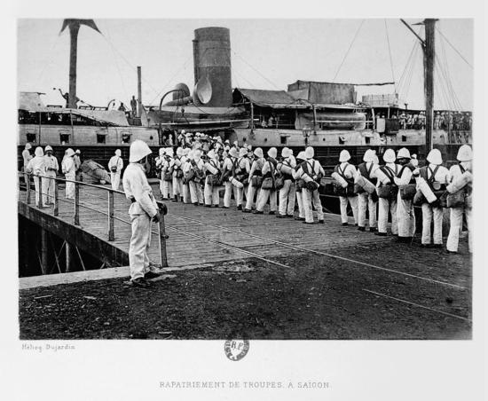 Binh sĩ Pháp lên tàu về nước tại quân cảng Sài Gòn.