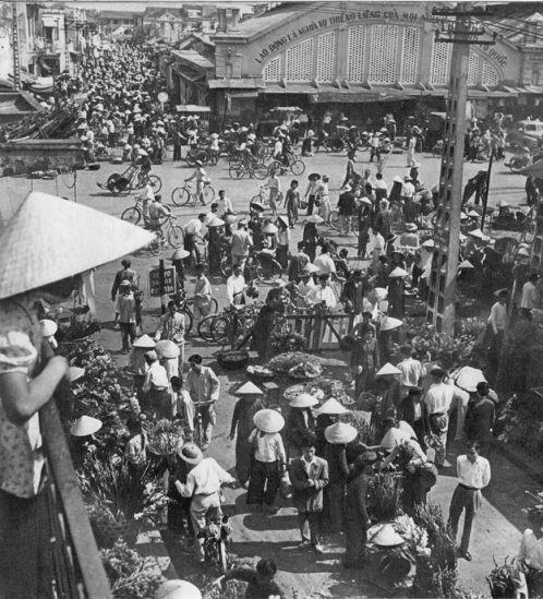 Cảnh tượng nhộn nhịp tại khu vực chợ Đồng Xuân.