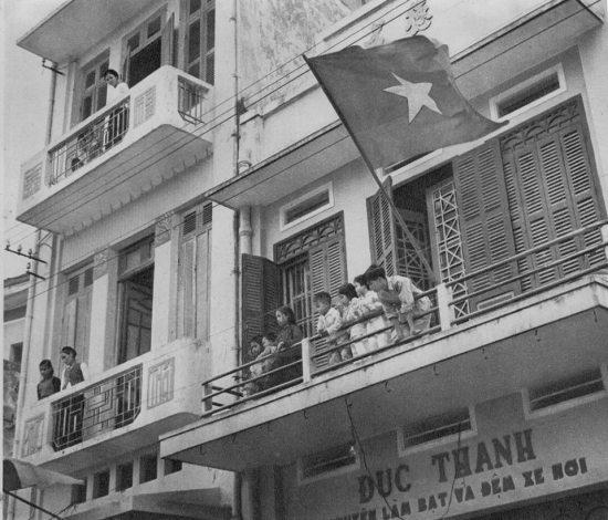 Trên ban công các tòa nhà mặt tiền phố Hàng Bạc.