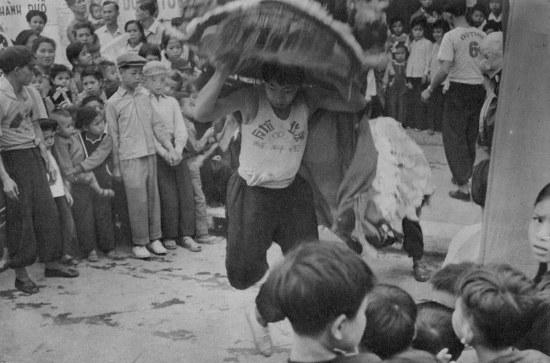 Người Hoa ở khu phố cổ Hà Nội múa lân mừng năm mới.