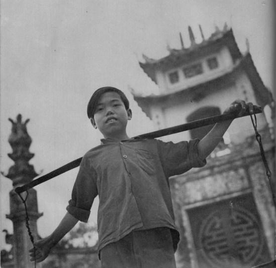 Chú bé bán rong trước cổng một ngôi chùa.