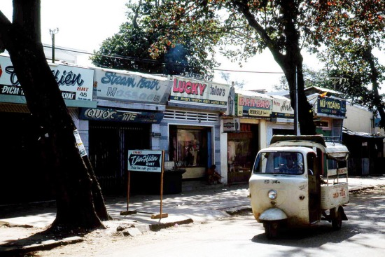 Quán bar nằm san sát trên phố Phan Thanh Giản.
